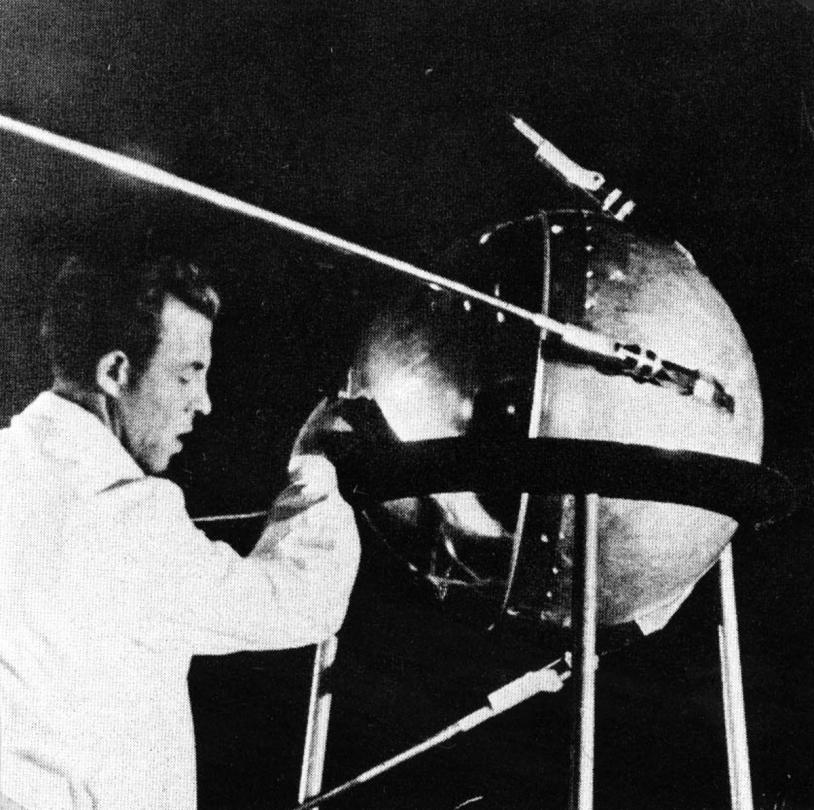 Spoutnik en cours d'assemblage. Crédits : NASA