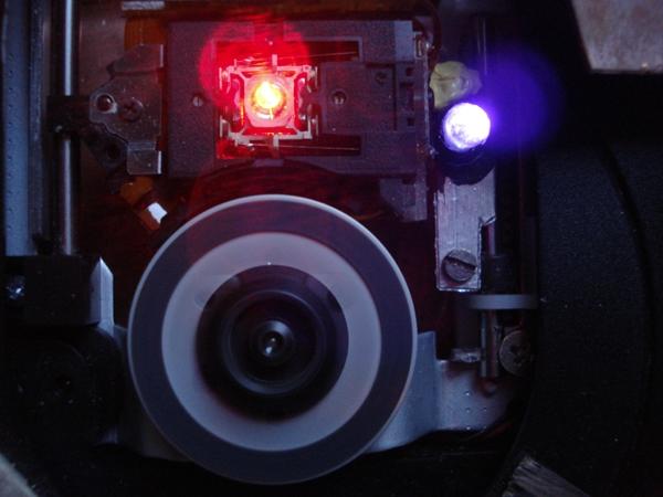 Au centre le faisceau laser de la platine, à droite la diode UV. Crédits : CNES.
