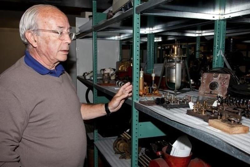 Bernard Decré recherche des indices au musée-archives de l'Arche (Saint-Pierre-et-Miquelon). Crédits : Association La recherche de l'Oiseau Blanc.